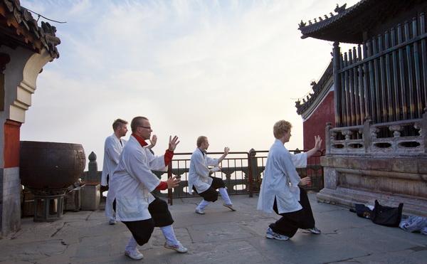 """""""太极湖杯""""2011中国武当摄影大展:金顶晨练"""