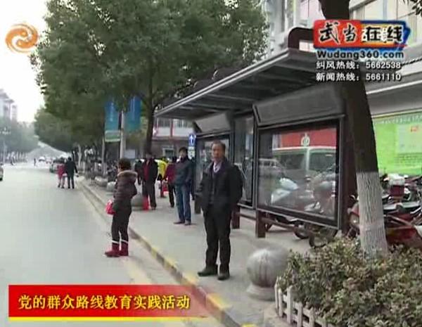 安装公交站亭 群众啧啧夸赞